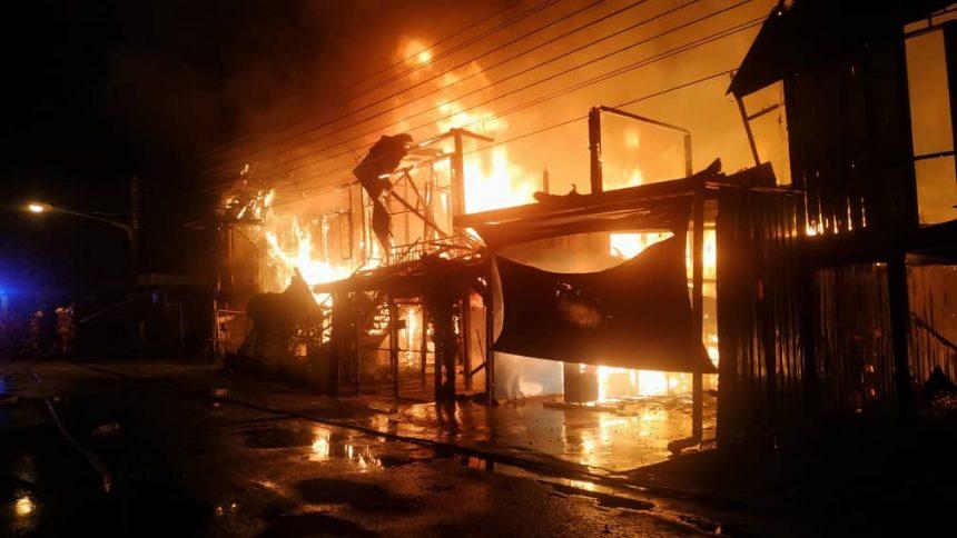 Satu blok terdiri dari enam rumah kayu musnah terbakar awal pagi tadi
