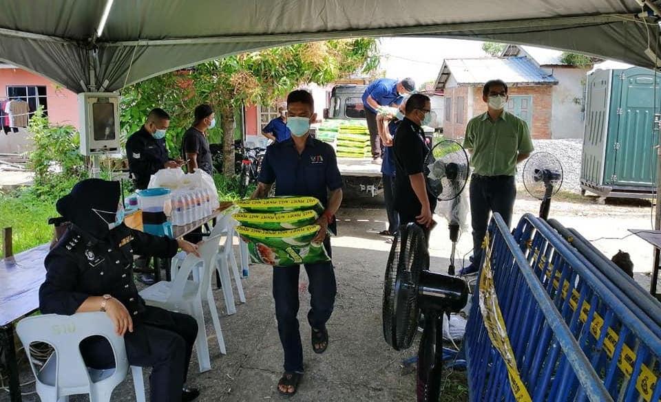 Adun Demak Laut serah bantuan untuk penduduk Bako Hilir