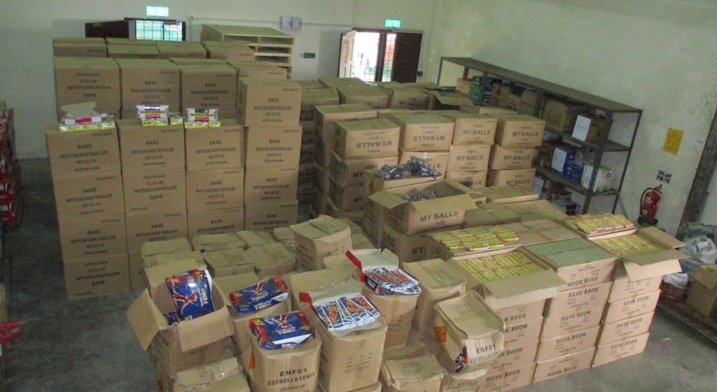 JKDM sekat cubaan membawa masuk 430 karton mercun dan bunga api