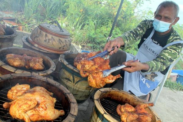 Panggang ayam di dalam pasu bunga