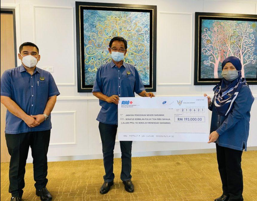 Pemadam Sarawak serah sumbangan RM193,000 kepada Jabatan Pendidikan Negeri, bantu usaha banteras penyalahgunaan dadah dalam kalangan pelajar sekolah