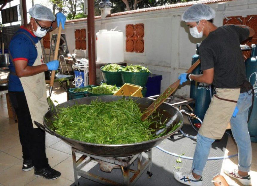 Covid-19: Pengarah filem Thailand bantu agih makanan
