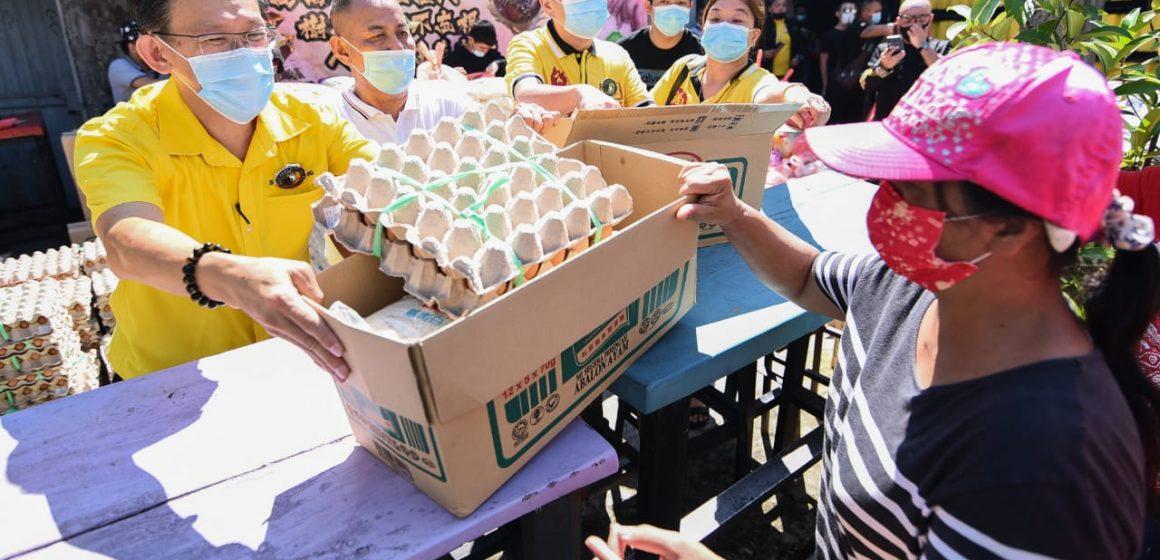 Persatuan Penganut Kuil Fu De San Qing Gon serah 600 bakul makanan kepada penduduk terjejas di bandar raya Kuching
