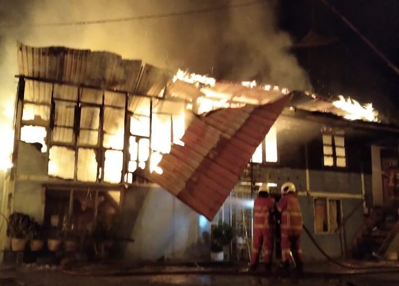 Rumah kayu ranap akibat kebakaran di Kampung Semarang