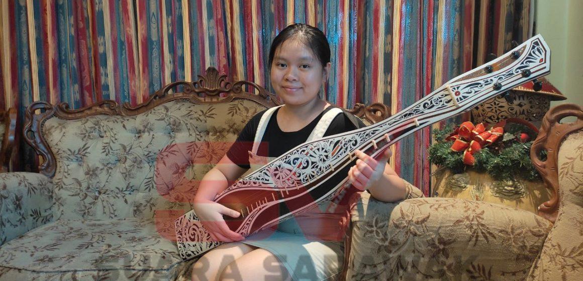 Jorjanne dara penakan Kadazan-Dusun Iban landik bemain sape