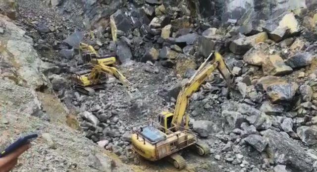Empat unit jengkaut alihkan batu besar hempap operator jentolak