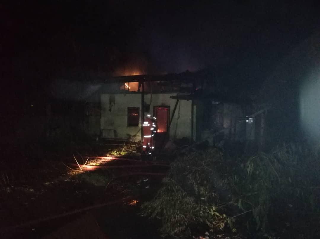 Rumah tidak berpenghuni terbakar di Bau awal pagi tadi